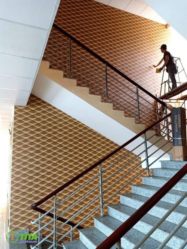 thi công giấy dán tường cầu thang thông tầng tphcm